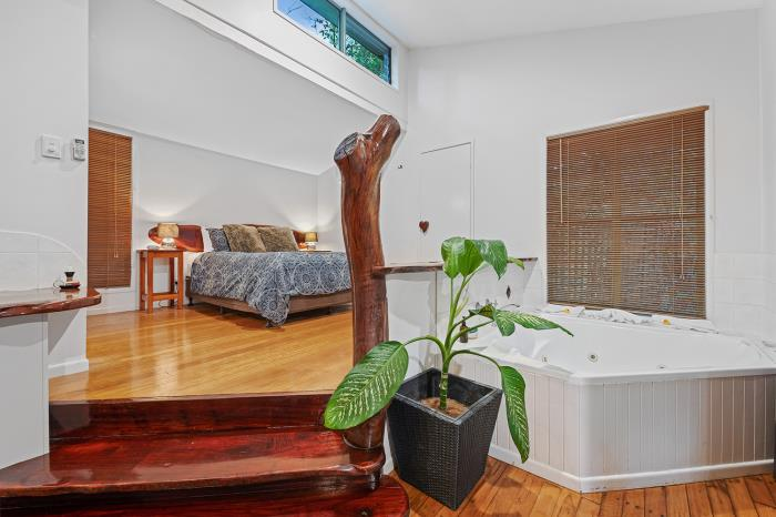 cabins montville accommodation with spa and queen bed